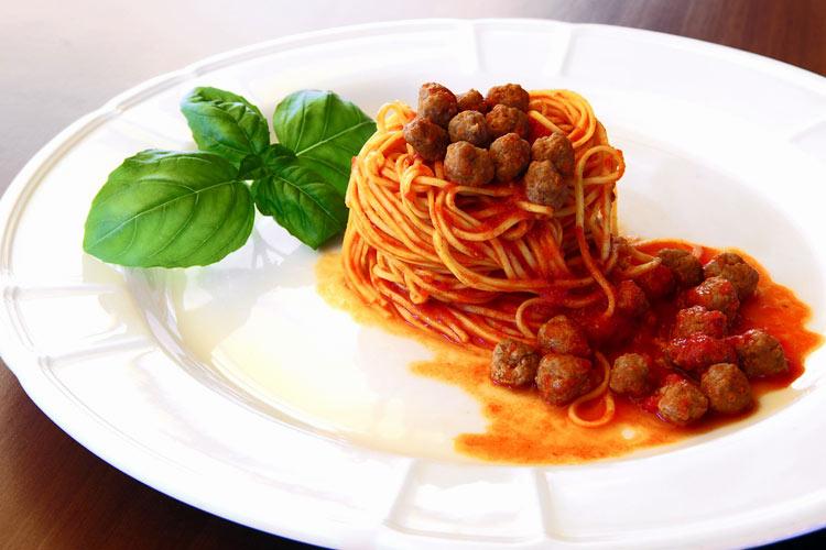 Condita con deliziosi sughi di carne o di verdure il timballo